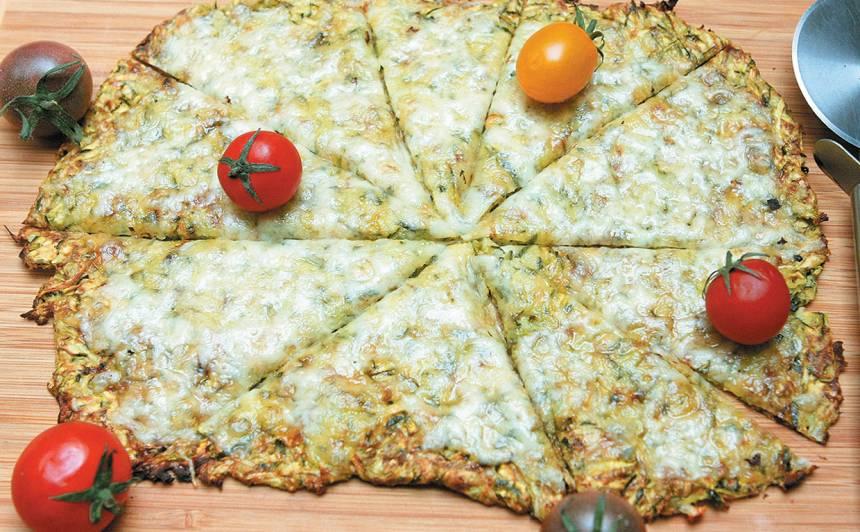 Rīvētu cukīni pica ar sieru bez miltiem recepte