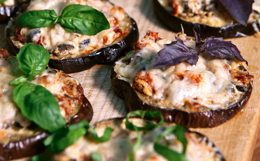 Baklažāni ar kazas sieru un melnajām olīvām recepte
