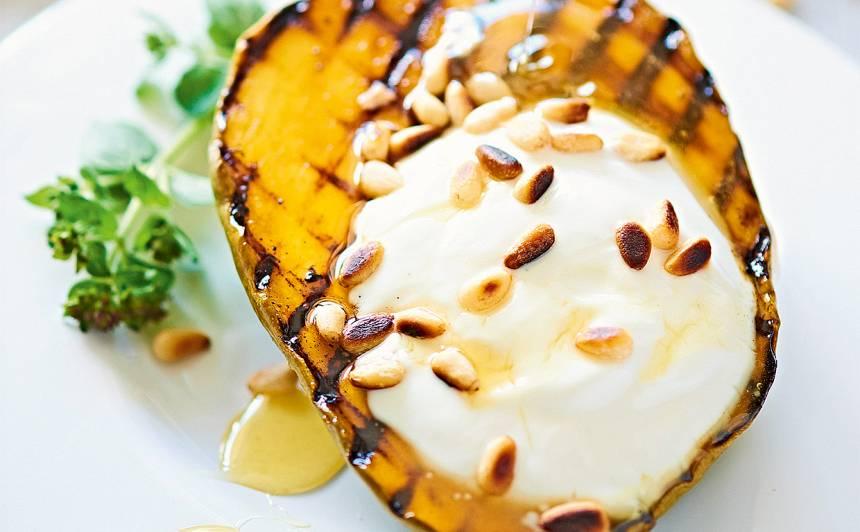 Grilēts mango ar jogurtu un riekstiem recepte