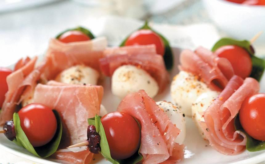 Uzkoda ar šķiņķi, tomātu un sieru recepte