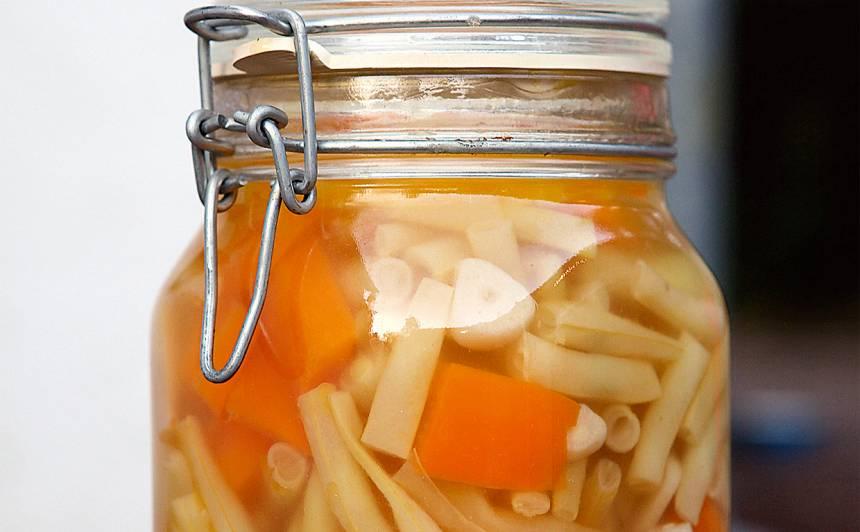 Sviesta pupiņas ar papriku un ķiplokiem recepte
