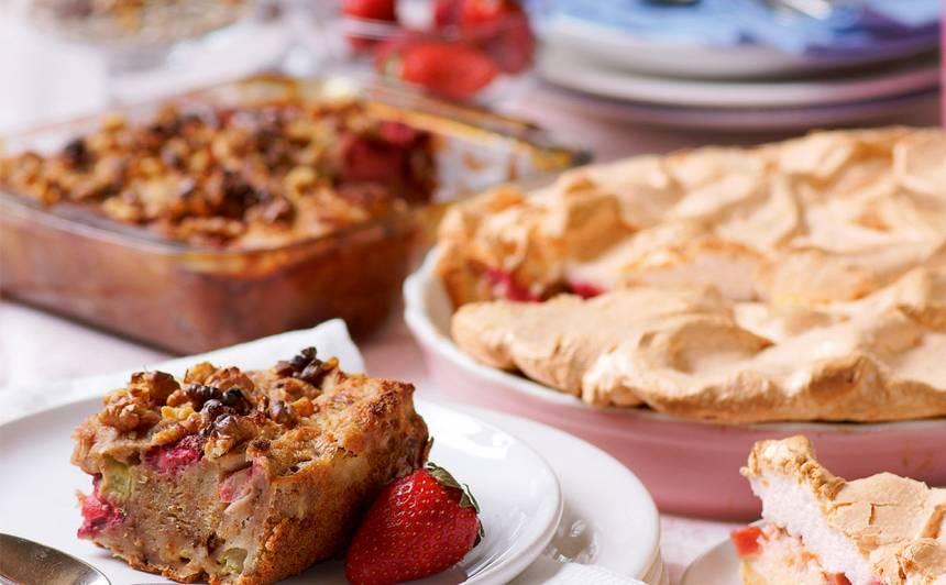 Rabarberu un zemeņu kūka