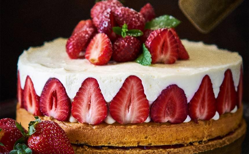 Biezpiena un zemeņu torte recepte