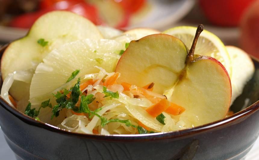 Skābētu kāpostu salāti ar augļiem recepte