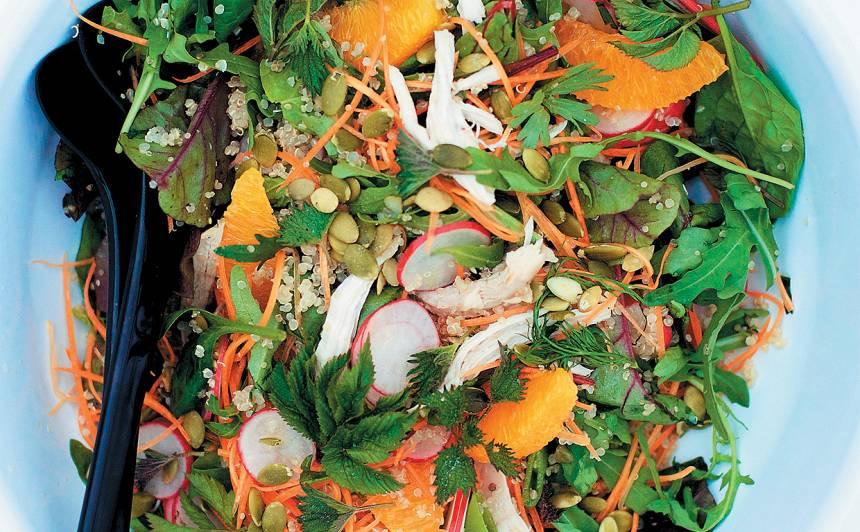 Pavasara salāti ar kvinoju un sutinātu vistu recepte