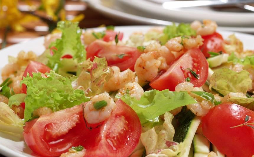 Svaigu cukīni salāti ar marinētām jūras veltēm recepte