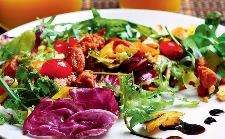 Svaigie salāti ar vistas fileju un grieķu sieru recepte