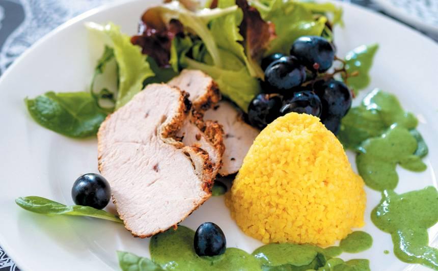 Putna gaļas cepetis ar spinātu, piena mērci un dzeltenu bulguru recepte