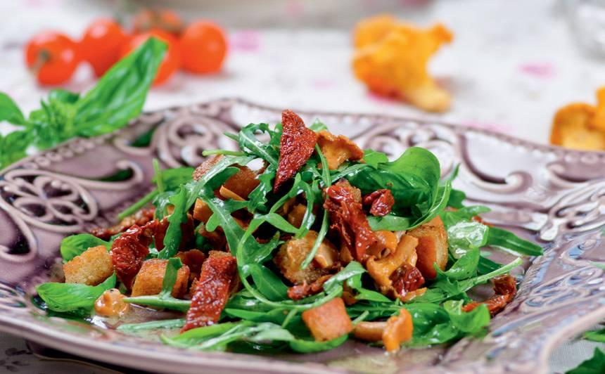 Gaileņu salāti ar rukolu un baziliku recepte