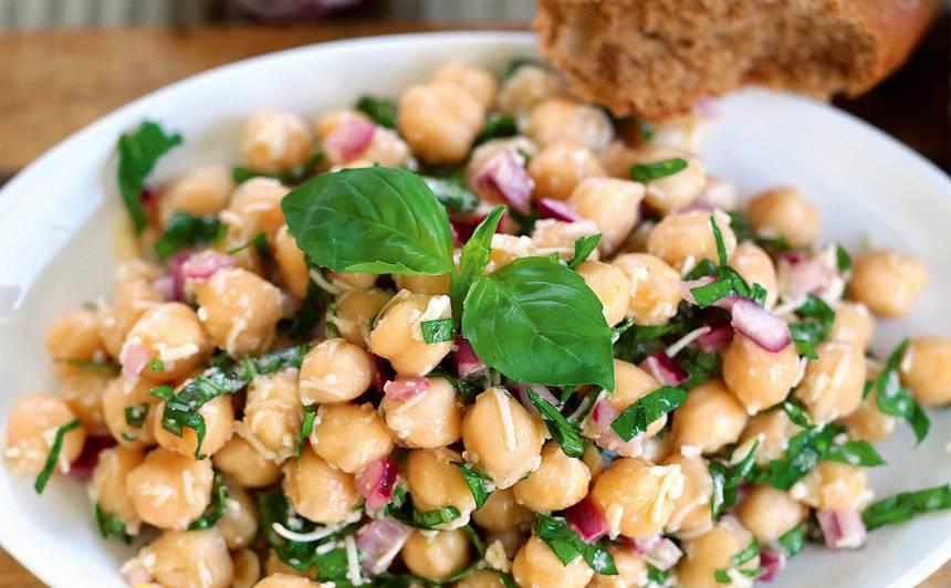 Turku zirņu salāti ar zaļumiem un sieru recepte