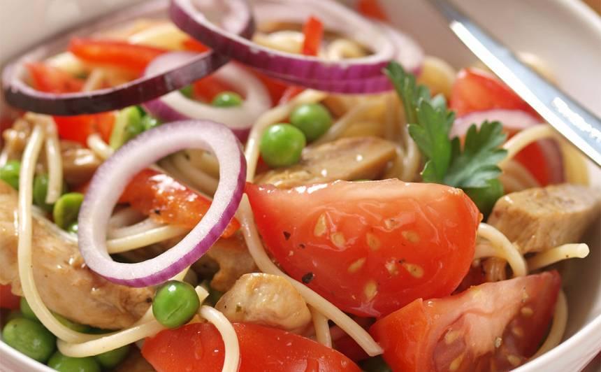 Spageti salāti ar vistu un dārzeņiem recepte