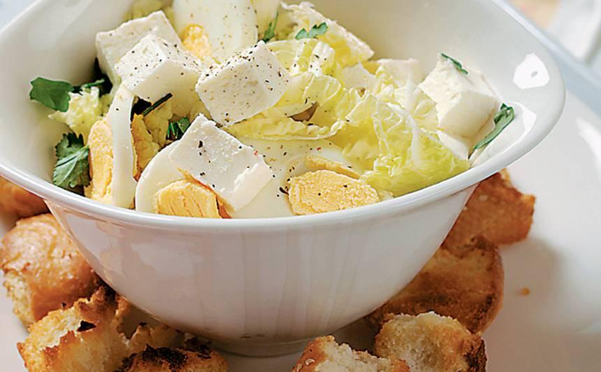Olu salāti ar fetu un grauzdiņiem recepte