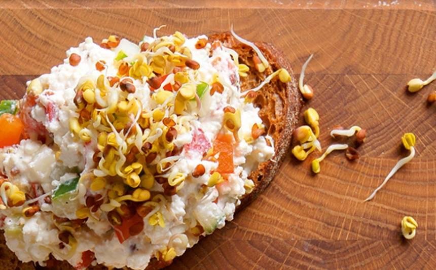 Brokastu biezpiens ar dārzeņiem recepte