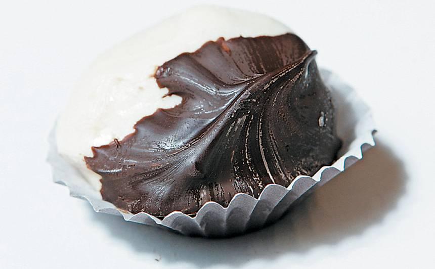 Konfekte ar aprikozi, balto un melno šokolādi recepte