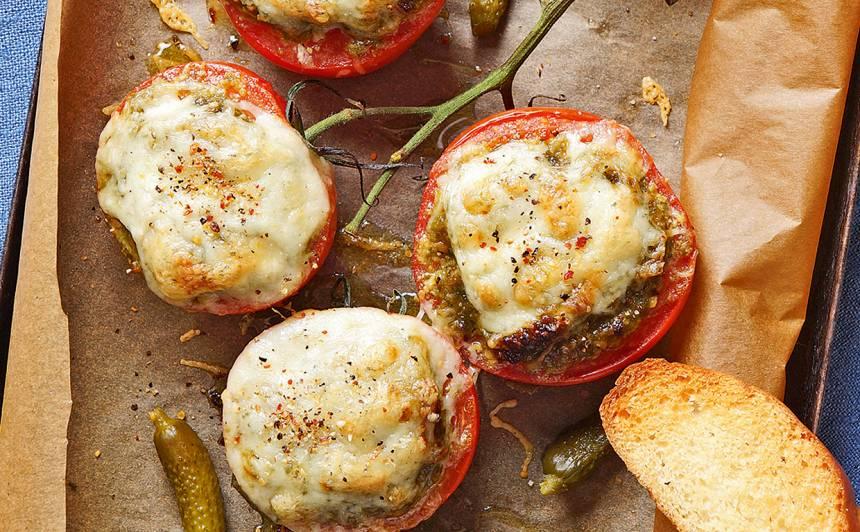Cepti tomāti ar pesto un sieru recepte