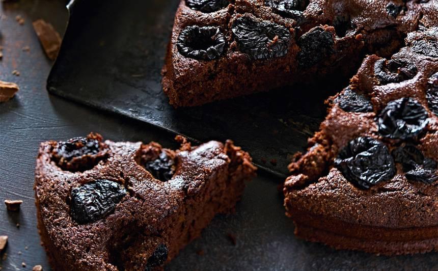 Šokolādes kūka  ar plūmēm recepte