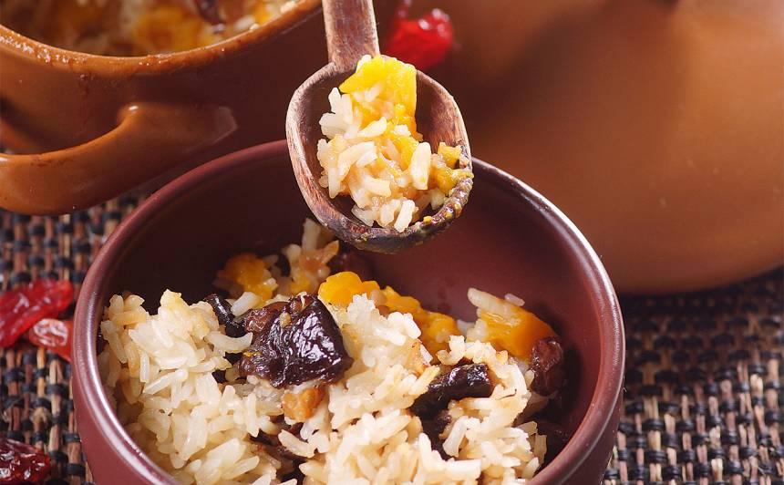 Saulainie rīsi ar ķirvbi, rozīnēm un plūmēm receptes