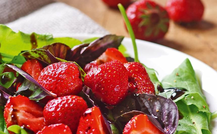 Skābeņu salāti ar zemenēm recepte