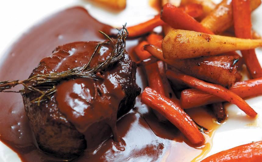 Liellopa fileja šokolādes un sarkanvīna mērcē recepte