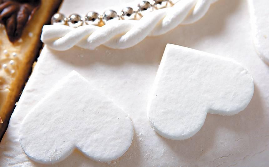 Tortes dekorēšana ar cukura un želatīna masu recepte