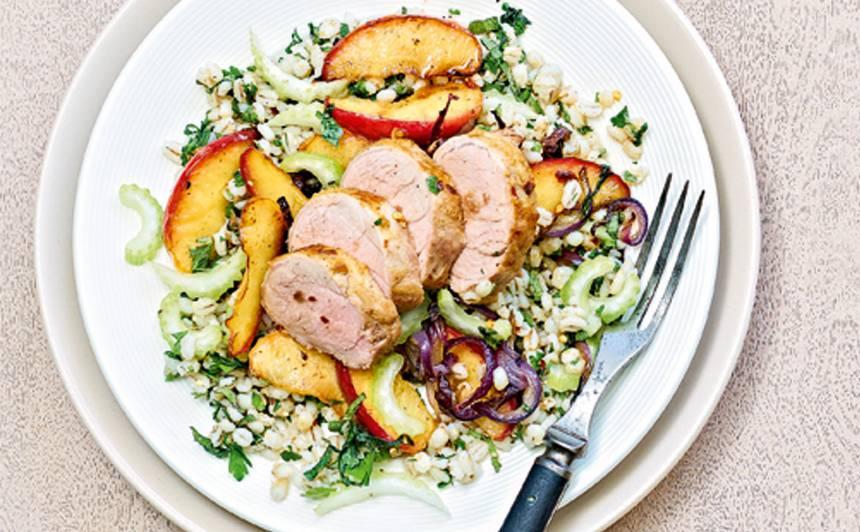 Karstie grūbu un ābolu salāti ar cūkas fileju recepte