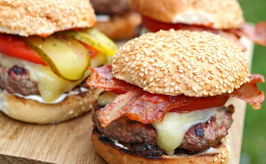 Hamburgeri ar karamelizētiem sīpoliem recepte