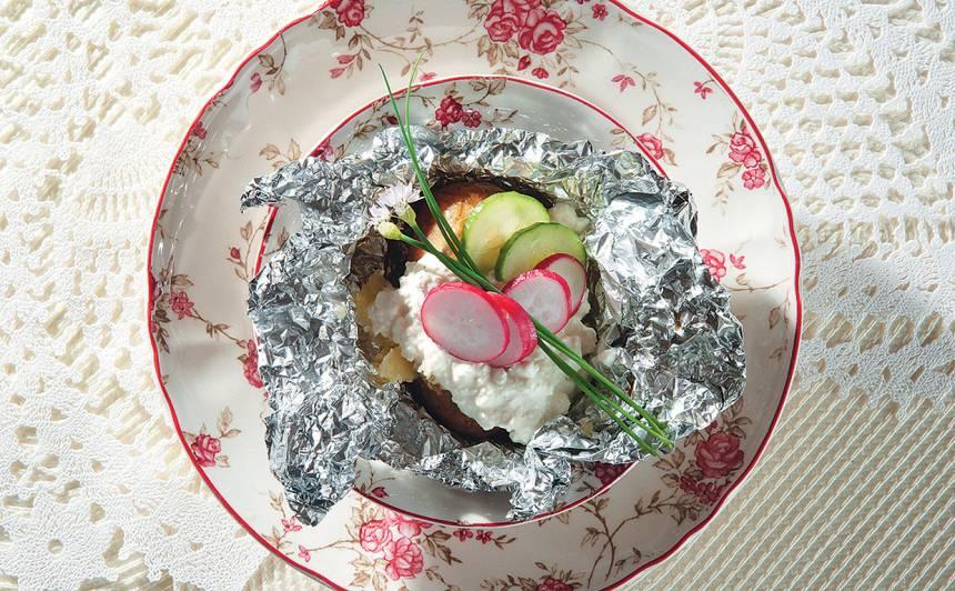 Folijā cepti kartupeļi ar biezpienu recepte