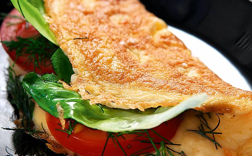 Ar sieru un tomātiem pildīta omlete