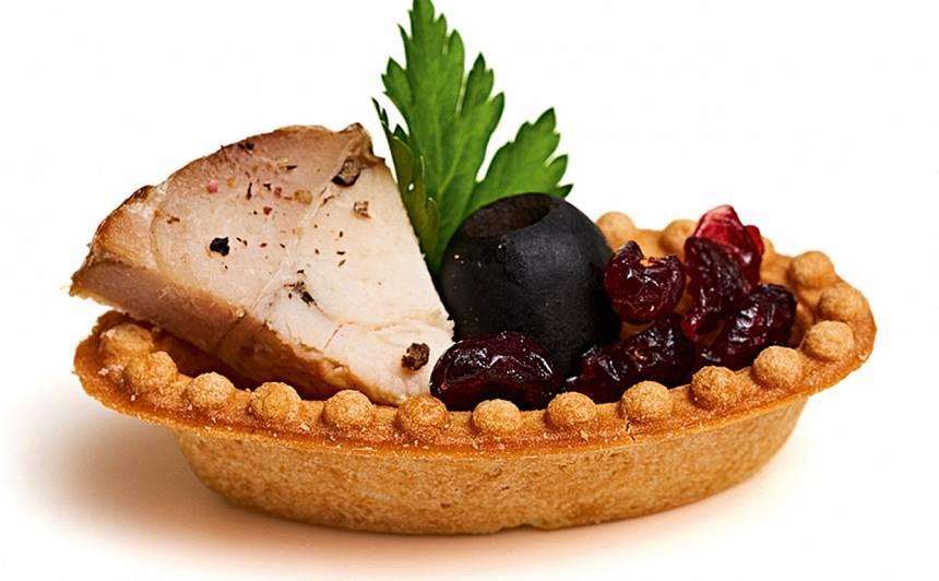 Sāļās laiviņas ar vistas ruletes salātiem recepte