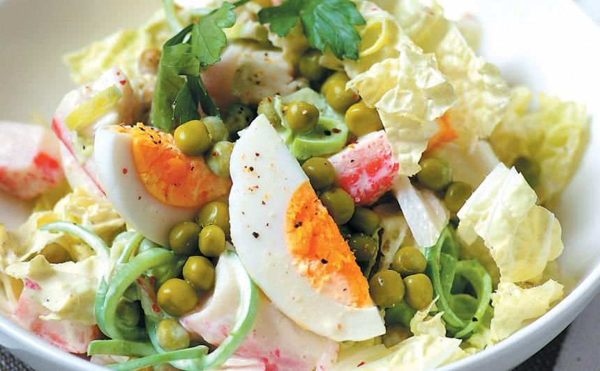 Ķīnas kāposta salāti ar krabju nūjiņām recepte