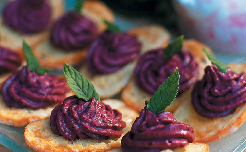 Medū glazētas maizes šķēlītes ar melleņu krēmu recepte