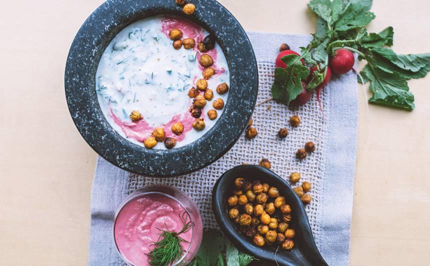 Aukstā zupa ar turku zirņiem un biešu mērci recepte