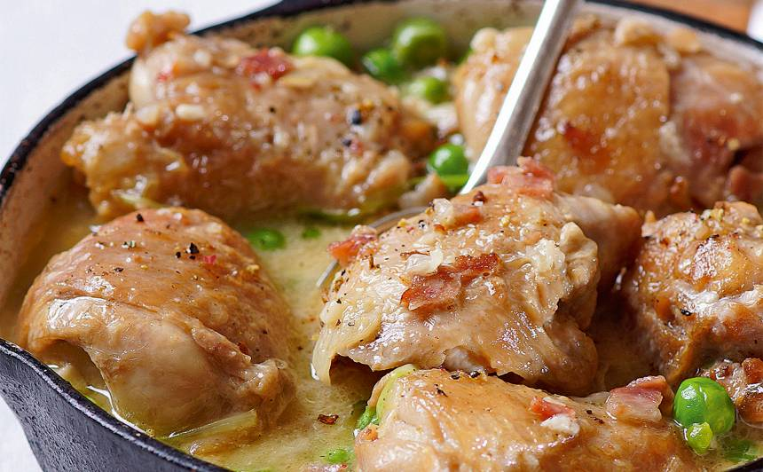 Sautēti vistu šķiņķīši ar zirnīšiem un bekonu recepte