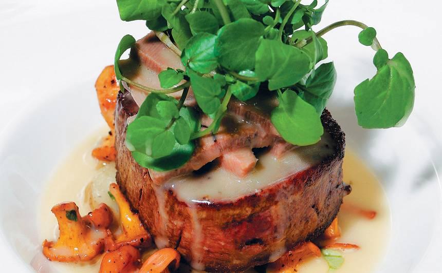 Jaunlopa steiks ar mēli un gailenēm recepte