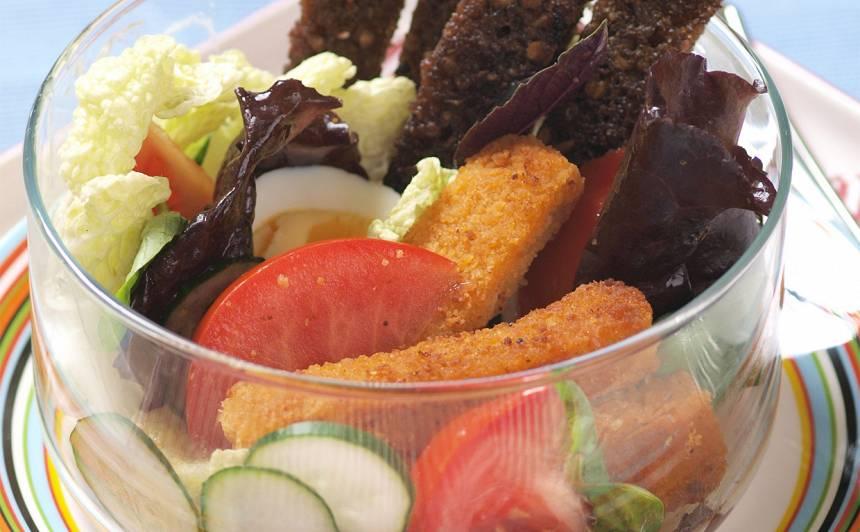 Salāti ar zivju pirkstiņiem un rupjmaizi