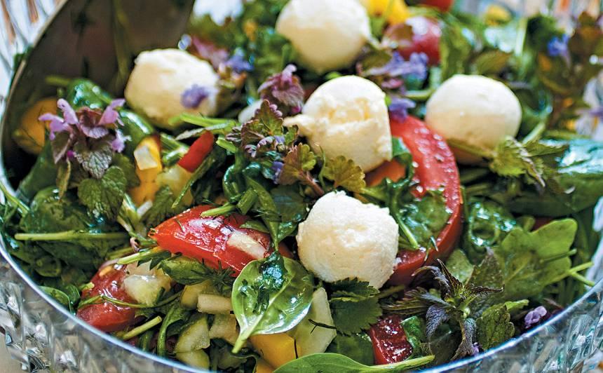Spinātu salāti ar nātrēm, rukolu un mocarellu recepte