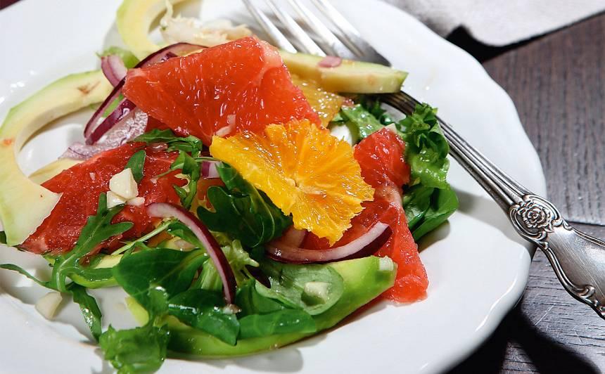Apelsīnu, greipfrūtu un avokado salāti
