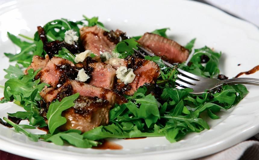 Steiks ar zilo sieru, rukolu un balzammērci