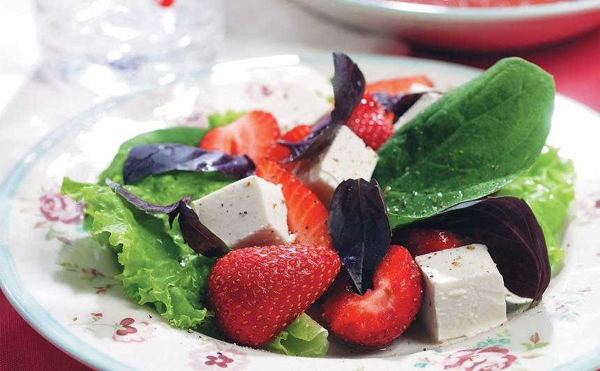 Salāti ar zemenēm un fetas sieru receptes