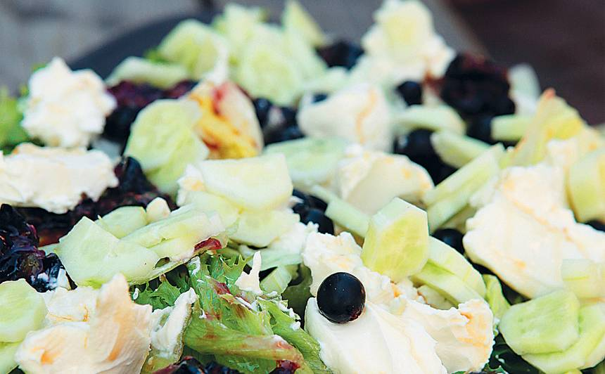 Zaļie salāti ar upenēm un svaigo sieru recepte