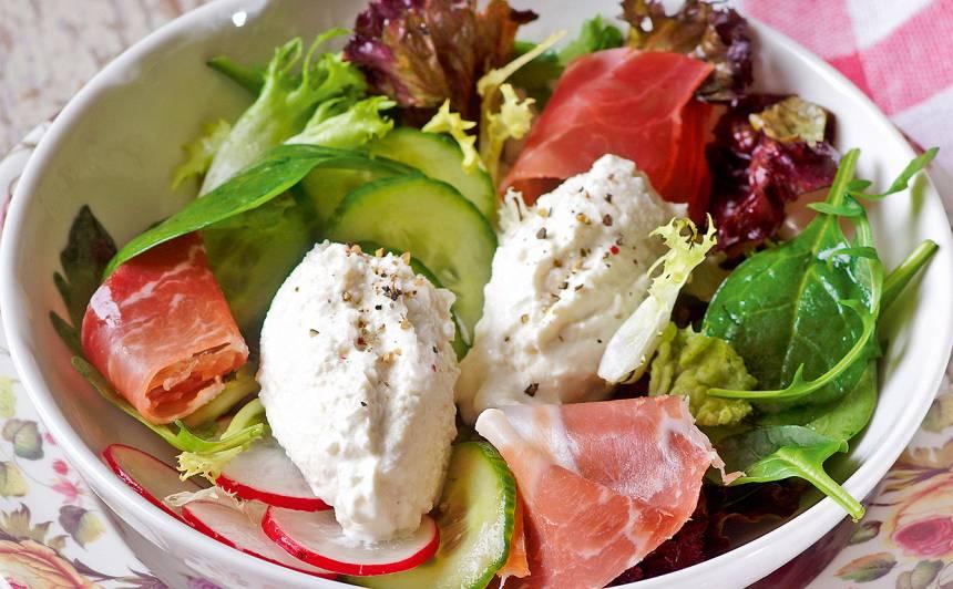 Salāti ar biezpiena pikām