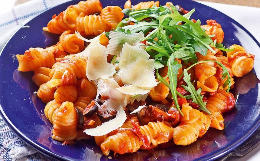 Pasta tomātos ar rukolu, olīvām un kaperiem recepte