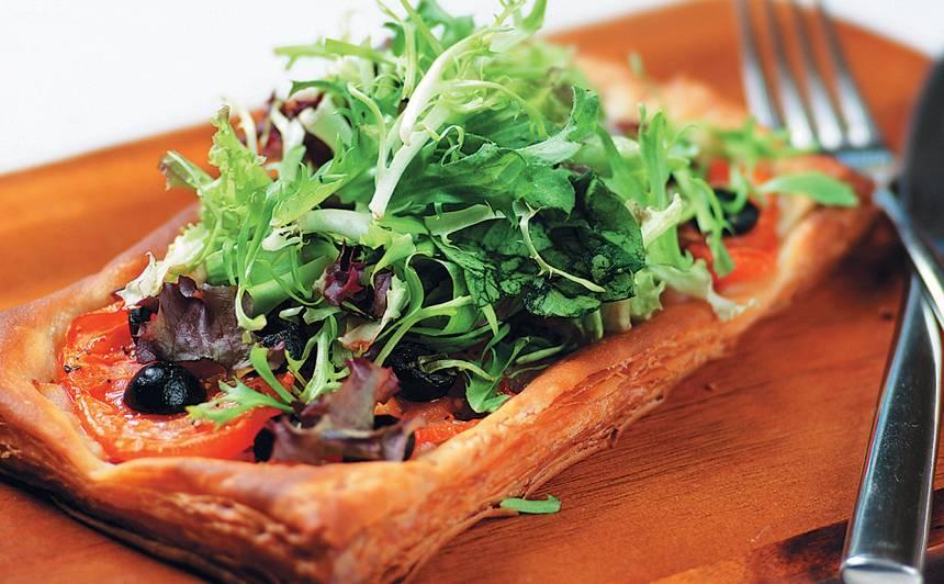 Kārtainās mīklas pīrāgs ar salātiem recepte
