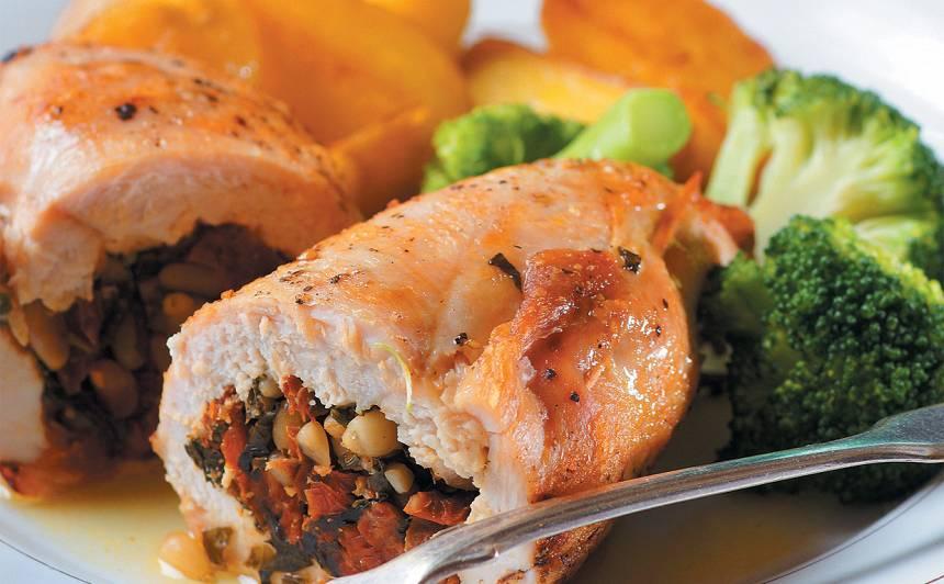 Ar kaltētiem tomātiem pildītas vistas filejas recepte
