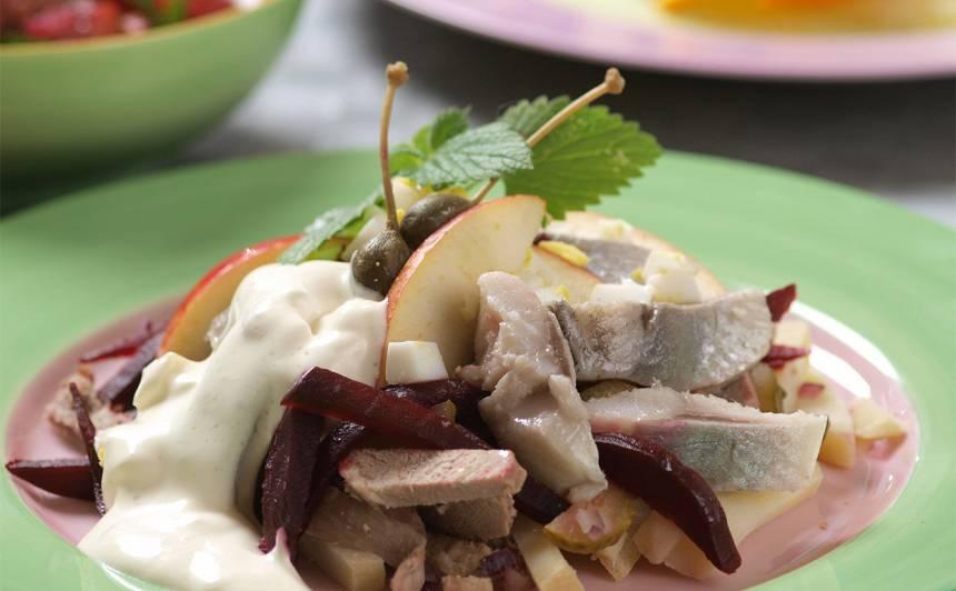 Salāti ar liellopa gaļu un siļķi recepte