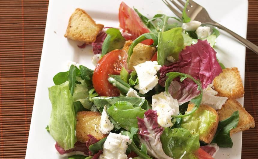 Pavasara salāti ar grauzdiņiem recepte