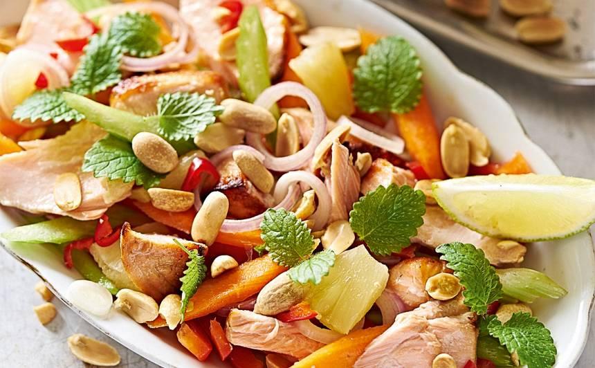 Salāti ar lasi un zemesriekstu mērci