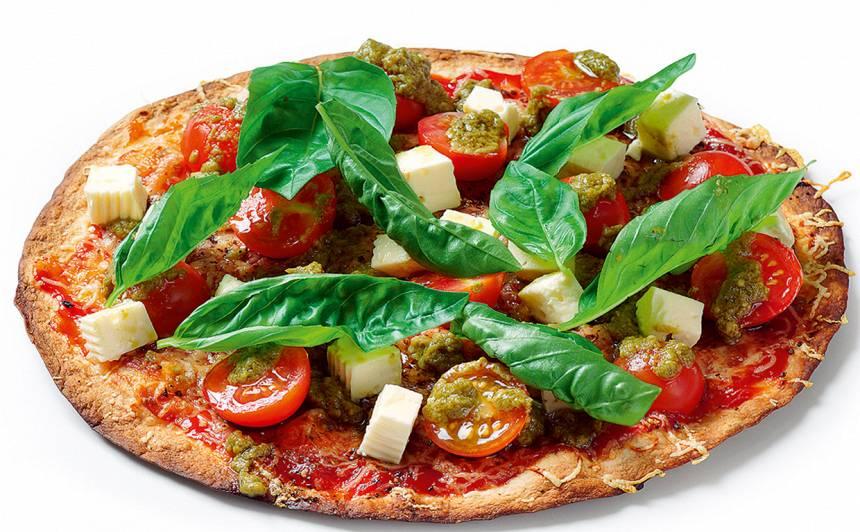 Pica ar tomātiem, fetu un baziliku