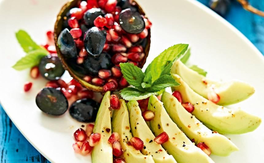 Avokado un granātābolu salāti recepte