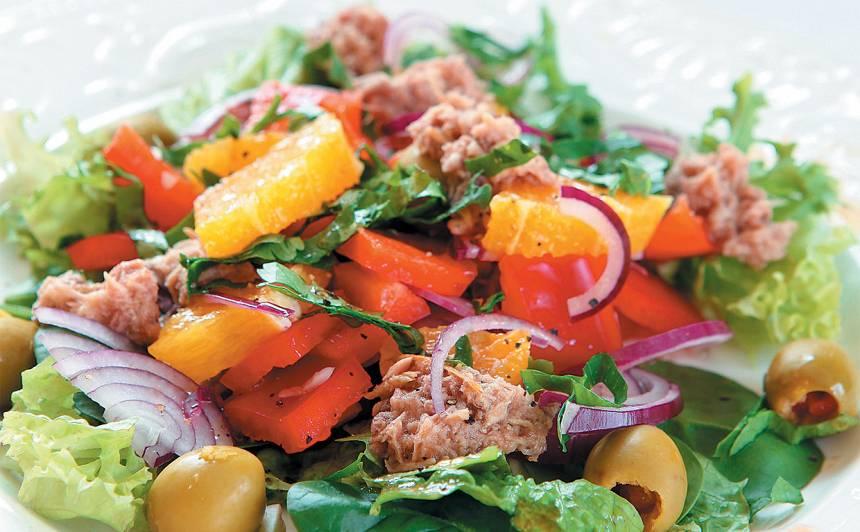 Tunča salāti ar apelsīniem un zaļajām olīvēm recepte